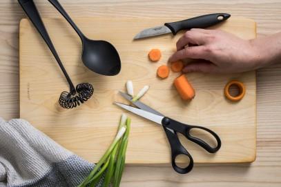 Нож с подвижным лезвием Fiskars Essential для чистки овощей 6 см Black 1023787, фото 2